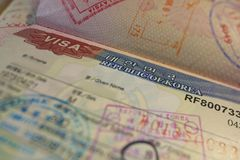 与韩国签证和移民控制邮票的护照页 库存图片
