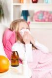 病态的小女孩和医学 免版税库存照片