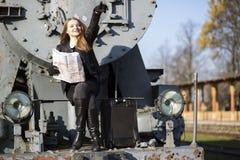 妇女坐火车前面主角方式 库存图片