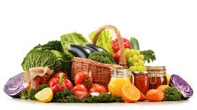 Ψάθινο καλάθι με τα ανάμεικτα οργανικά λαχανικά και τα φρούτα Στοκ Εικόνα
