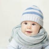 蓝色帽子和围巾的婴孩 免版税库存图片