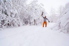 Γενειοφόρο άτομο με ένα τσεκούρι στο αυξημένο χέρι του Στοκ Φωτογραφία