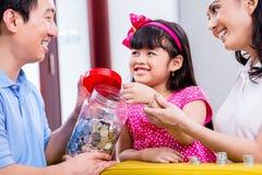 Китайские деньги сбережений семьи для фонда коллежа Стоковые Фото