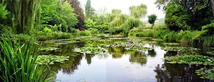 克洛德・莫奈的庭院全景,吉韦尔尼,法国 免版税图库摄影