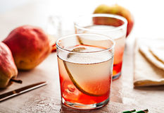 冷的夏天鸡尾酒饮料用梨 免版税库存图片