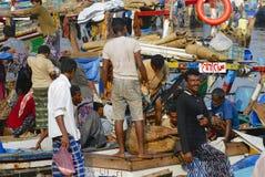 渔夫卸载天的抓住,荷台达,也门 免版税库存照片