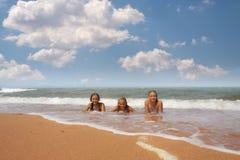 小组三海滩的美丽的青少年的女孩 免版税库存照片