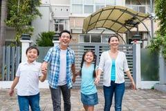 愉快的激动的家庭 免版税图库摄影