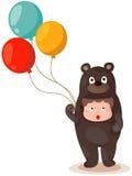 逗人喜爱的有气球的男孩佩带的熊随员 免版税库存图片