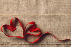 两心脏,麻袋布粗麻布背景 情人节,婚姻的爱概念 免版税库存图片