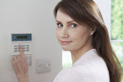 妇女设置在住家安全系统的控制板 库存照片