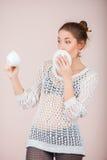 Удивленная женщина с чашкой и поддонником Стоковые Фотографии RF