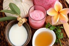 乳脂状的新草本面具用新鲜的牛奶、常春藤金瓜和蜂蜜,与泰国的自然成份的温泉 免版税库存照片
