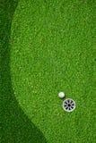 Η σφαίρα στην τρύπα στο γήπεδο του γκολφ Στοκ Εικόνες