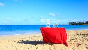 在海滩的党桌 免版税库存照片