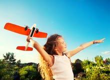 Девушка играя с самолетом Стоковые Фото