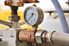 测量的压力的压力表在系统,油和煤气过程使用压力表监测压力情况 库存照片