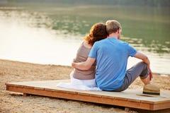 夫妇在海滩的夏天湖 免版税库存图片