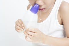 鼻的孩子由食盐水清洗 库存照片