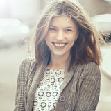 美丽的愉快的微笑的女孩户外 妇女微笑快乐,星期五 库存照片