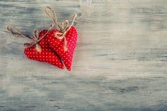 κόκκινος αυξήθηκε Κόκκινες χειροποίητες καρδιές υφασμάτων στο ξύλινο υπόβαθρο Στοκ εικόνα με δικαίωμα ελεύθερης χρήσης