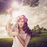 公主和鸟-一个美妙的风景 库存图片