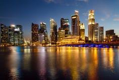 Здания в городе Сингапура в предпосылке сцены ночи Стоковые Фотографии RF