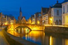 夜运河斯皮格尔在布鲁日,比利时 免版税库存图片