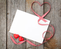 Карточка подарка пробела дня валентинки и красные сердца конфеты Стоковая Фотография