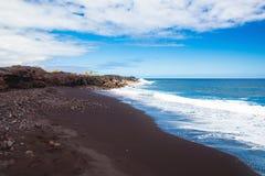 海滩黑色沙子 免版税库存图片