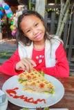Το κορίτσι παιδιών τρώει το χοιρινό κρέας βαφλών Στοκ Φωτογραφία