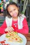 Το κορίτσι παιδιών τρώει το χοιρινό κρέας βαφλών Στοκ φωτογραφίες με δικαίωμα ελεύθερης χρήσης