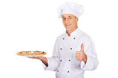 Αρτοποιός αρχιμαγείρων με την ιταλική πίτσα που παρουσιάζει εντάξει σημάδι Στοκ φωτογραφία με δικαίωμα ελεύθερης χρήσης