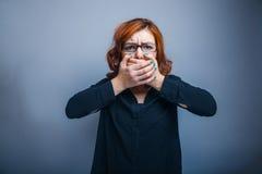 欧洲玻璃的出现红发女孩 免版税库存图片