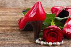 有玫瑰色花的红色鞋子 免版税库存照片