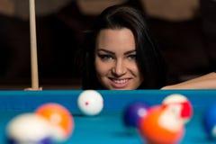 Усмехаясь счастливая женщина играя биллиард Стоковое Изображение RF
