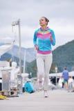 跑步在小游艇船坞的妇女 免版税库存图片