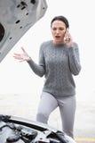 Сердитая женщина вызывая для помощи после пробивания изоляции Стоковые Фотографии RF