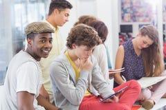 读他们的笔记的时尚学生 免版税图库摄影