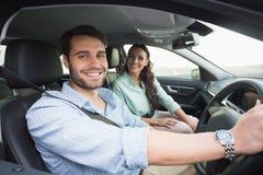 微笑对照相机的年轻夫妇 免版税库存照片
