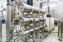 在工业制药或化工厂的管子 免版税库存照片