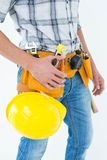 有工具传送带的技术员在腰部和安全帽附近 库存照片
