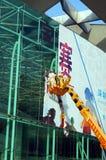 深圳,中国:广告标志撤除的工作者  免版税库存图片