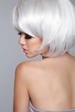 秀丽白肤金发的时尚妇女模型画象 短的金发 眼睛 库存照片