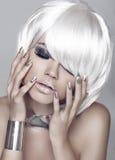 塑造女孩 白肤金发的突然移动发型 眼睛构成特写镜头 美丽 库存图片