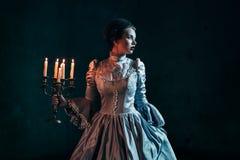 维多利亚女王时代的礼服的妇女 免版税图库摄影