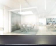 台式和迷离办公室背景 免版税图库摄影