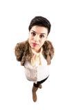 Νέα χαριτωμένη βέβαια γυναίκα στα χειμερινά ενδύματα που κοιτάζει επίμονα στη κάμερα Στοκ εικόνες με δικαίωμα ελεύθερης χρήσης
