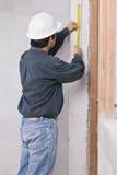 测量由卷尺的工程师人 免版税库存照片