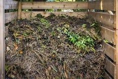 在混合肥料箱的庭园废物 库存照片